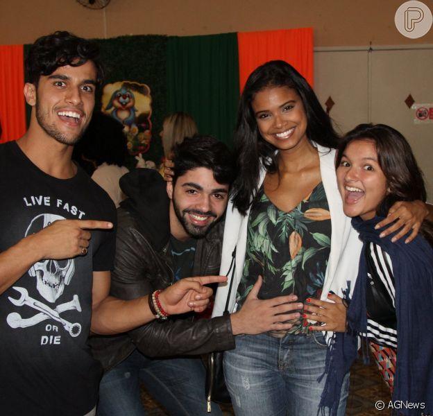 Aline Dias é paparicada por amigos e namorado em evento no Rio