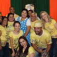 Fabiana Karla posa ao lado da turma de ajudantes nafesta de Páscoapara as crianças do orfanatoRomão de Mattos Duarte, educandário localizado no Flamengo, Zona Sul do Rio de Janeiro, neste sábado, 29 de abril de 2017