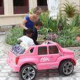 Isabella Santoni brinca com crianças do orfanato Romão de Mattos Duarte