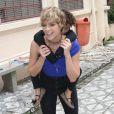 Isabella Santoni se divertiu ao carregar crianças do orfanato na cacunda