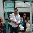 Henri Castelli e Juliana Despirito deixam a maternidade com Maria Eduarda nos braços
