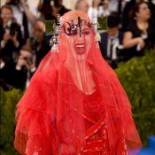 Katy Perry usa longo vermelho bordado com véu no MET Gala e assusta web: 'Medo'