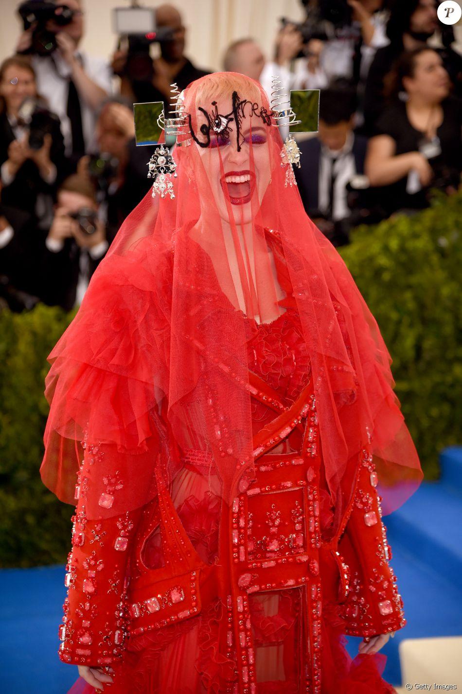 7b1fc5cedc Katy Perry usa longo vermelho bordado com véu no MET Gala e divide web  nesta segunda