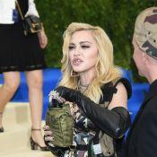Madonna aposta em acessórios no red carpet: grillz nos dentes e cantil com vinho
