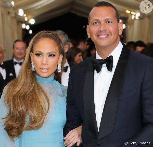 O casal Jennifer Lopez e Alex Rodriguez roubou a cena durante sua a passagem pelo tapete vermelho do MET Gala, que aconteceu na noite desta segunda-feira, 1 de maio de 2017