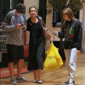 Adriana Esteves vai às compras com filho e nora no Rio. Veja as fotos!