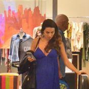 Mel Fronckowiak, grávida de Rodrigo Santoro, usa look decotado em passeio no Rio