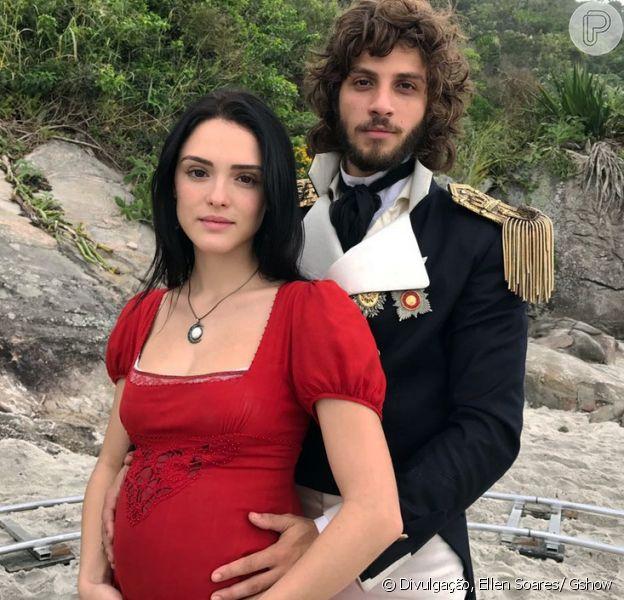 Joaquim (Chay Suede) orienta Anna (Isabelle Drummond) a ficar de cócoras como as índias na hora do parto e nasce Vitória, a filha dos dois, na novela 'Novo Mundo', a partir de 16 de maio de 2017