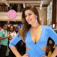 Ex-BBB Vivian posa com look azul justinho em evento em SP