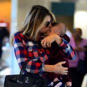 Rafa Brites paparica o filho, Rocco, de 3 meses, em aeroporto no Rio. Fotos!