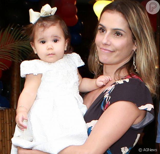 Deborah Secco lamentou a distância da filha, Maria Flor, em seu Instagram, nesta quarta-feira, 10 de maio de 2017