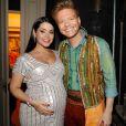 'Eu e o barrigão', brincou Thais Fersoza ao mostrar o look escolhido para acompanhar o marido na estreia do musical 'Bem Sertanejo'