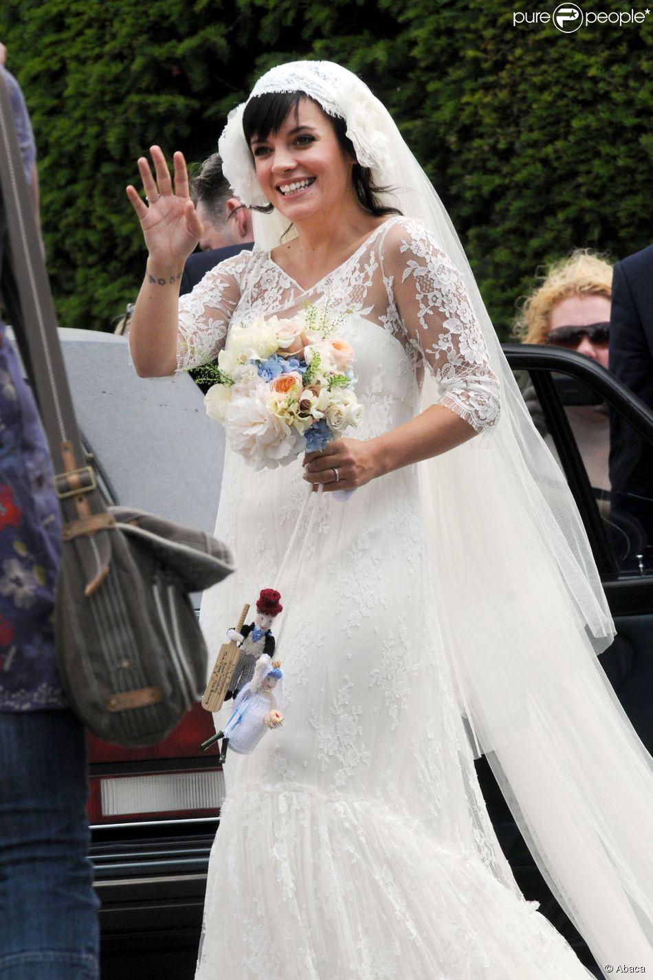 Para a cerimônia de seu casamento, Lily Allen usou um vestido da estilista francesa Delphine Manivet