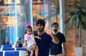 Deborah Secco é recebida pela filha em aeroporto do Rio após período em SP