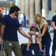 Deborah Secco é recepcionada pela família em aeroporto do Rio de Janeiro