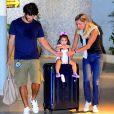 Deborah Secco é recepcionada pela família em aeroporto do Rio de Janeiro, em 14 de maio de 2017