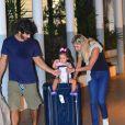 Deborah Secco brinca com a filha em aeroporto do Rio de Janeiro