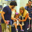 Deborah Secco e Hugo Moura carregam Maria Flor em mala de viagem