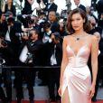 Bella Hadid usou um tomara que caia com uma superfenda no tapete vermelho do Festival de Cannes