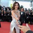 A modelo Bella Hadid entrega objeto para fotógrafo após ajudá-lo