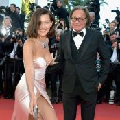 Bella Hadid descuida de lingerie ao ajudar fotógrafo no Festival de Cannes.Fotos