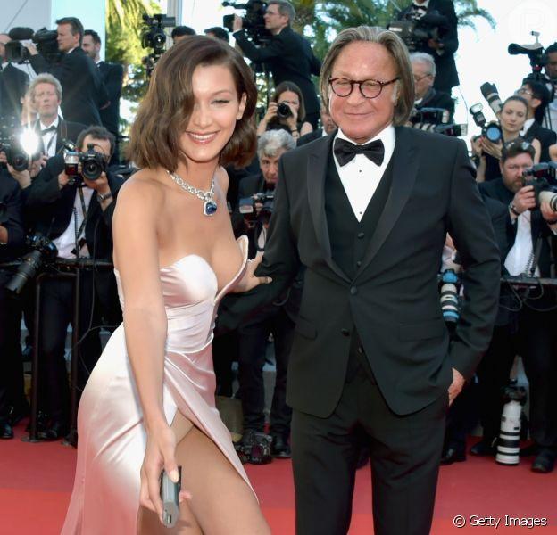 Bella Hadid descuida de lingerie ao ajudar fotógrafo no Festival de Cannes nesta quarta-feira, dia 17 de maio de 2017