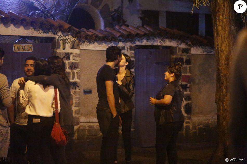 Agatha Moreira beija namorado, Pedro Lamin, nesta quarta-feira, dia 17 de maio de 2017