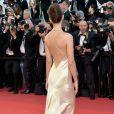 Emily Ratajkowskina apostou no decote nas costas para a cerimônia de abertura da 70ª edição do Festival de Cannes, no sul da França, nesta quarta-feira, 17 de maio de 2017