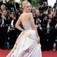 A atriz Elle Fanning apostou em um look mais volumoso paraa cerimônia de abertura da 70ª edição do Festival de Cannes, no sul da França, nesta quarta-feira, 17 de maio de 2017