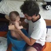 Rafa Brites e Felipe Andreoli praticam shantala em Rocco: 'Relaxamos'. Vídeo!
