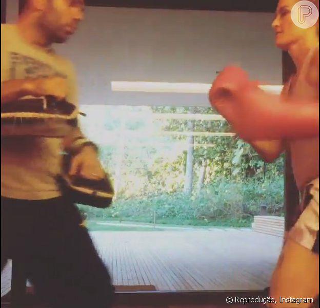 Luciano Huck publicou na tarde desta sexta-feira, 14 de março de 2014, um vídeo em que Angélica aparece lutando Muay Thai