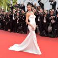 Adriana Lima usou longo Naeem Khan no segundo dia do Festival de Cannes, no Sul da França, nesta quinta-feira, 18 de maio de 2017