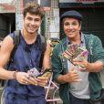 Léo (Rafael Vitti) reencontrou Almir (Evandro Mesquita), seu pai, vendendo capinhas de celular em Mesquita, na novela 'Rock Story'
