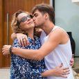 Léo (Rafael Vitti) pede que Néia (Ana Beatriz Nogueira) assuma que Almir (Evandro Mesquita) e dê mais uma chance a ele, na novela 'Rock Story'
