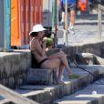 Zezé Polessa curte o sábado, 15 de março de 2014, na praia do Leblon, Zona Sul do Rio de Janeiro