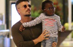 Bruno Gagliasso, de cabelo moicano, brinca no shopping com a filha, Títi. Fotos!