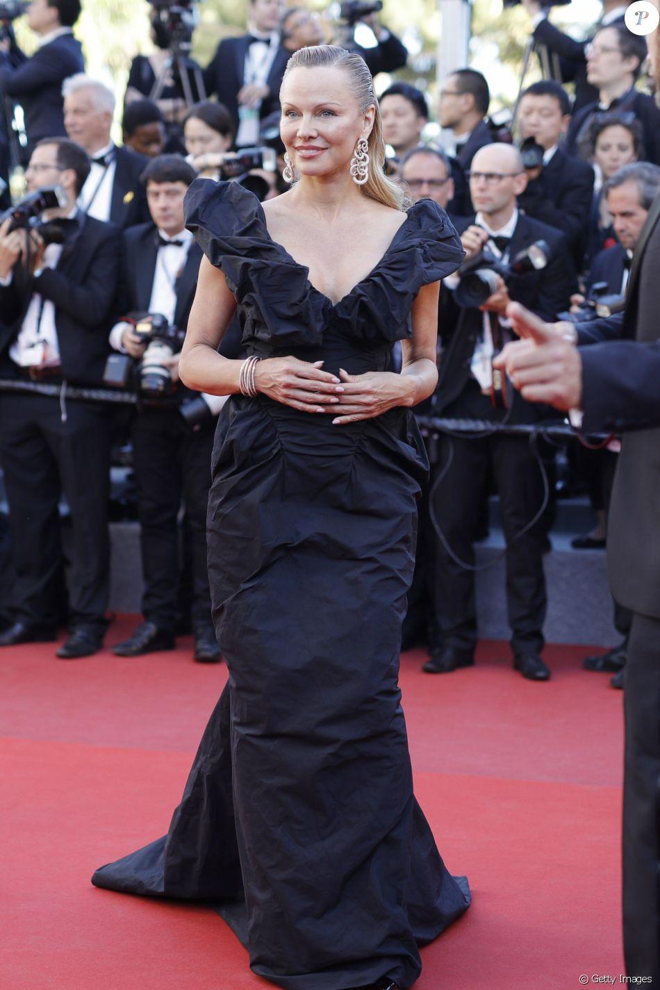 Aos 50 anos, Pamela Anderson prestigiou o Festival de Cannes, no Sul da França, no último sábado, 20 de maio de 2017