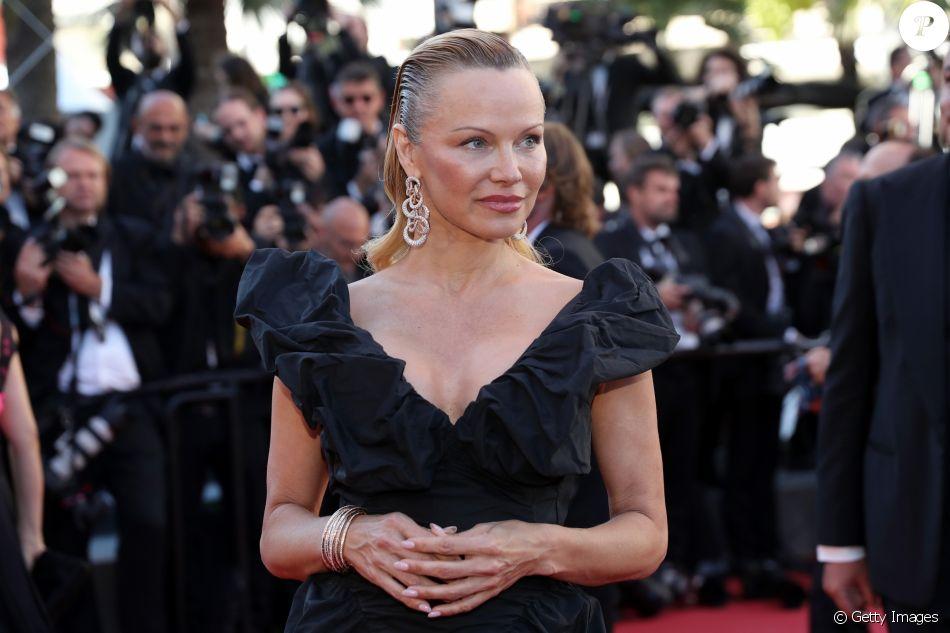Pamela Anderson surgiu quase irreconhecível ao usar os famosos cabelos loiros para traz na 70ª edição do Festival de Cannes