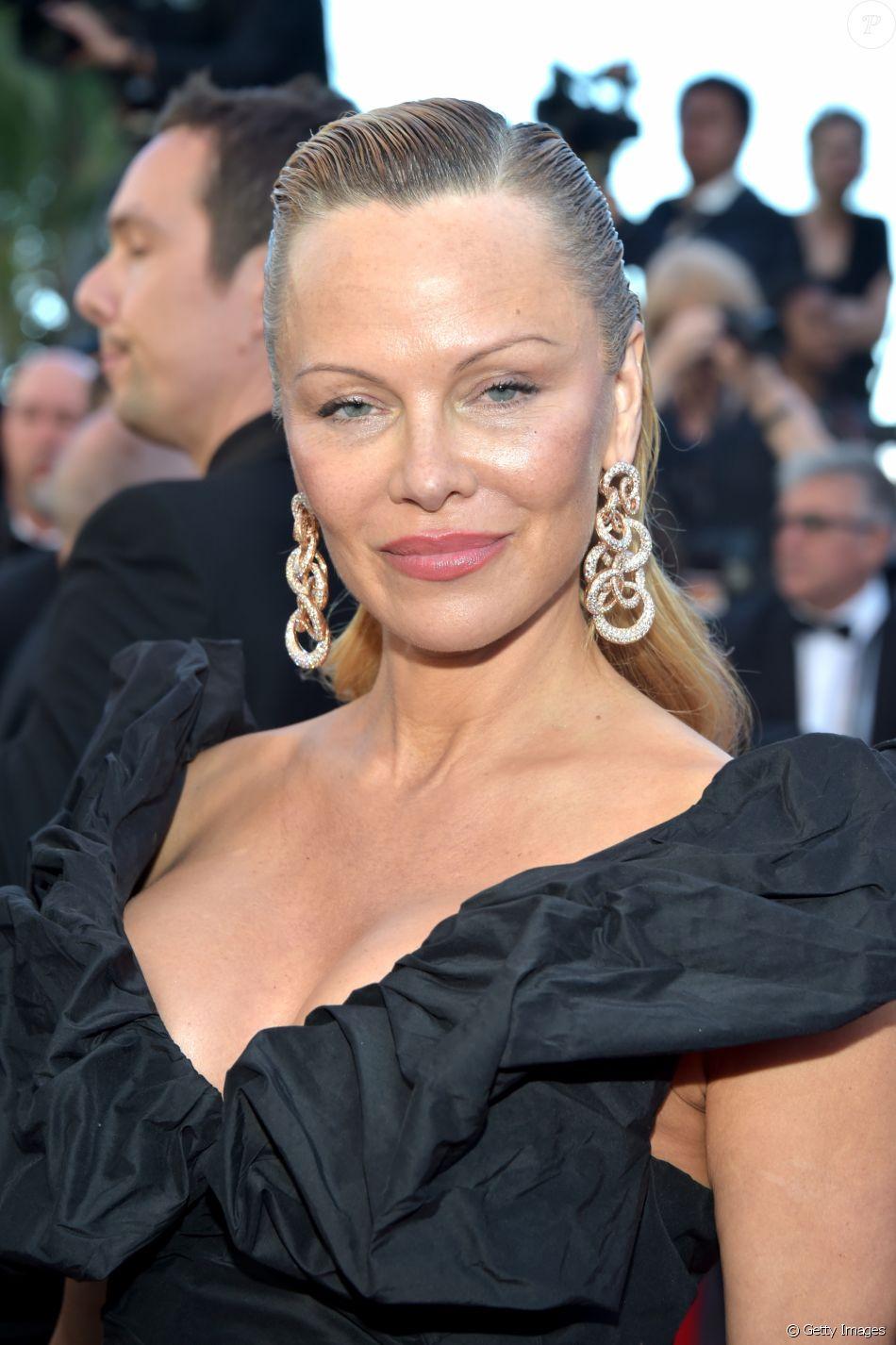Pamela Anderson usou penteado com efeito molhado para cruzar o tapete vermelho do Festival de Cannes no último sábado, 20 de maio de 2017