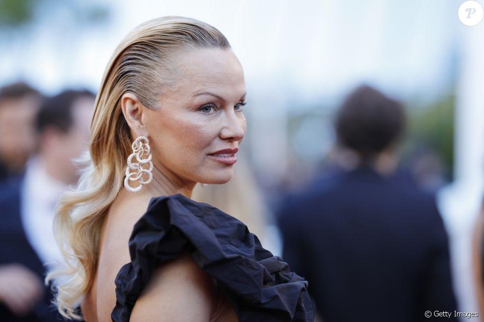 Pamela Anderson chamou atenção com seu penteado no tapete vermelho do Festival de Cannes no último sábado, 20 de maio de 2017