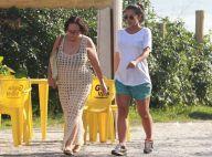 Yanna Lavigne, na reta final da gravidez, passeia com mãe em praia do Rio. Fotos