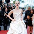 Elle Fanning chamou atenção na abertura da 70ª edição do Festival de Cannes 2017 com um volumoso vestido  Vivienne Westwood