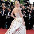 O longo Vivienne Westwood usado por Elle Fanning no primeiro dia do Festival de Cannes 2017 contava com desenhos na parte de trás