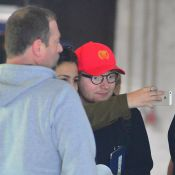 Ed Sheeran é tietado por fãs ao desembarcar no Rio para show. Veja fotos!