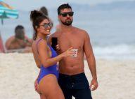 Juliana Paes vai à praia de maiô fio-dental e ganha mão boba do marido. Fotos!