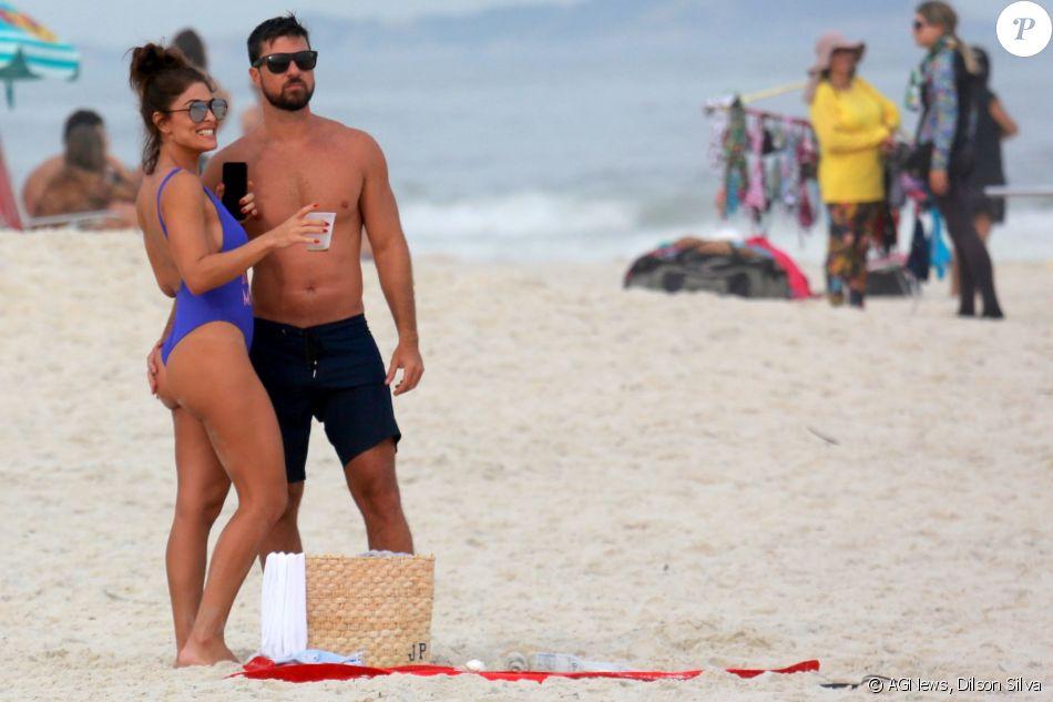 Juliana Paes e o marido, Carlos Eduardo Baptista se divertiram na praia neste sábado, 27 de maio de 2017