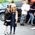 Sofia posou com uma amiguinha na entrada da festa