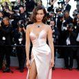 Bella Hadid caprichou na fenda com vestido Alexander Vauthier na cerimônia de abertura da 70ª edição do Festival de Cannes, em 17 de maio de 2017