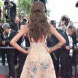 Detalhes da parte de trás do vestido da modelo britânica Jourdan Dunnnna 70ª edição do Festival de Cannes, realizado no Sul da França