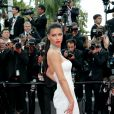 A modelo brasileira Adriana Lima chamou atenção ao surgiu com um vestido de noiva do estilista Naeem Khan na 70ª edição do Festival de Cannes, realizado no Sul da França